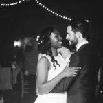 couple de mariés qui dansent